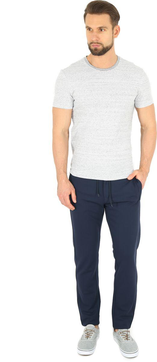 Брюки спортивные мужские Finn Flare, цвет: темно-синий. B17-42013. Размер XXL (54)B17-42013Спортивные брюки Finn Flare, выполненные из качественного комбинированного материала, идеально подойдут для занятий спортом и для повседневной носки. Удобные, комфортные, они не стеснят вас в движениях и подарят ощущение легкости. Пояс регулируется затягивающимся шнурком, также модель застегивается на пуговицу и ширинку на застежке-молнии. По бокам и сзади брюки дополнены двумя втачными карманами на молниях.