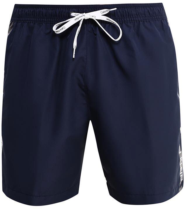 Шорты мужские Calvin Klein Underwear, цвет: темно-синий. KM0KM00110. Размер M (46-48)KM0KM00110Шорты Calvin Klein Underwear выполнены из высококачественного полиэстера, который не пропускает воду. Модель оформлена декоративными лампасами с фирменными надписями. Спереди расположено два втачных кармана. Сзади находится один накладной открытый карман. Пояс дополнен эластичной резинкой и завязками. Подкладка выполнена из сетчатого текстиля.