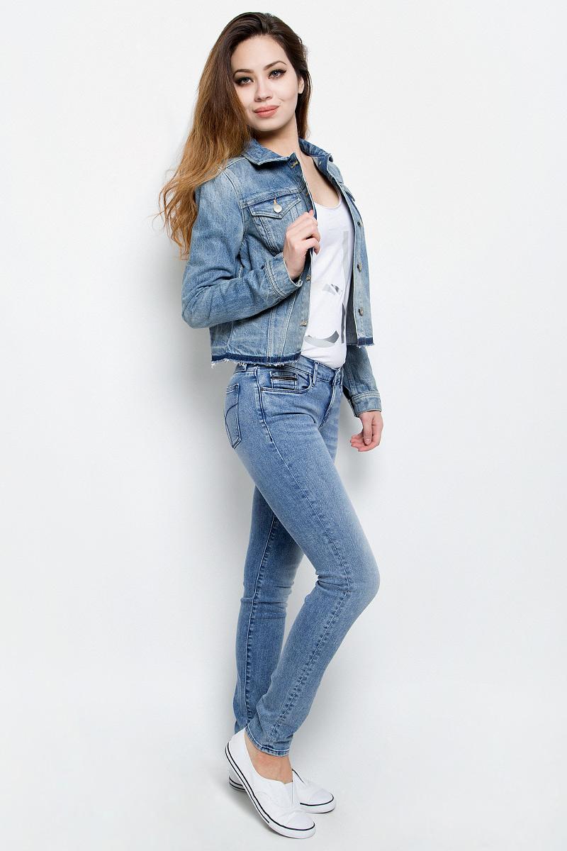 КурткаJ20J201336Женская джинсовая куртка Calvin Klein Jeans изготовлена из высококачественного хлопка. Материал изделия приятный на ощупь, не стесняет движений и позволяет коже дышать, обеспечивая комфорт. Модель с отложным воротником и длинными рукавами застегивается на металлические пуговицы. На груди куртка дополнена двумя прорезными карманами с клапанами на пуговицах. На манжетах имеются застежки-пуговицы. Изделие оформлено эффектом потертости и необработанными краями.