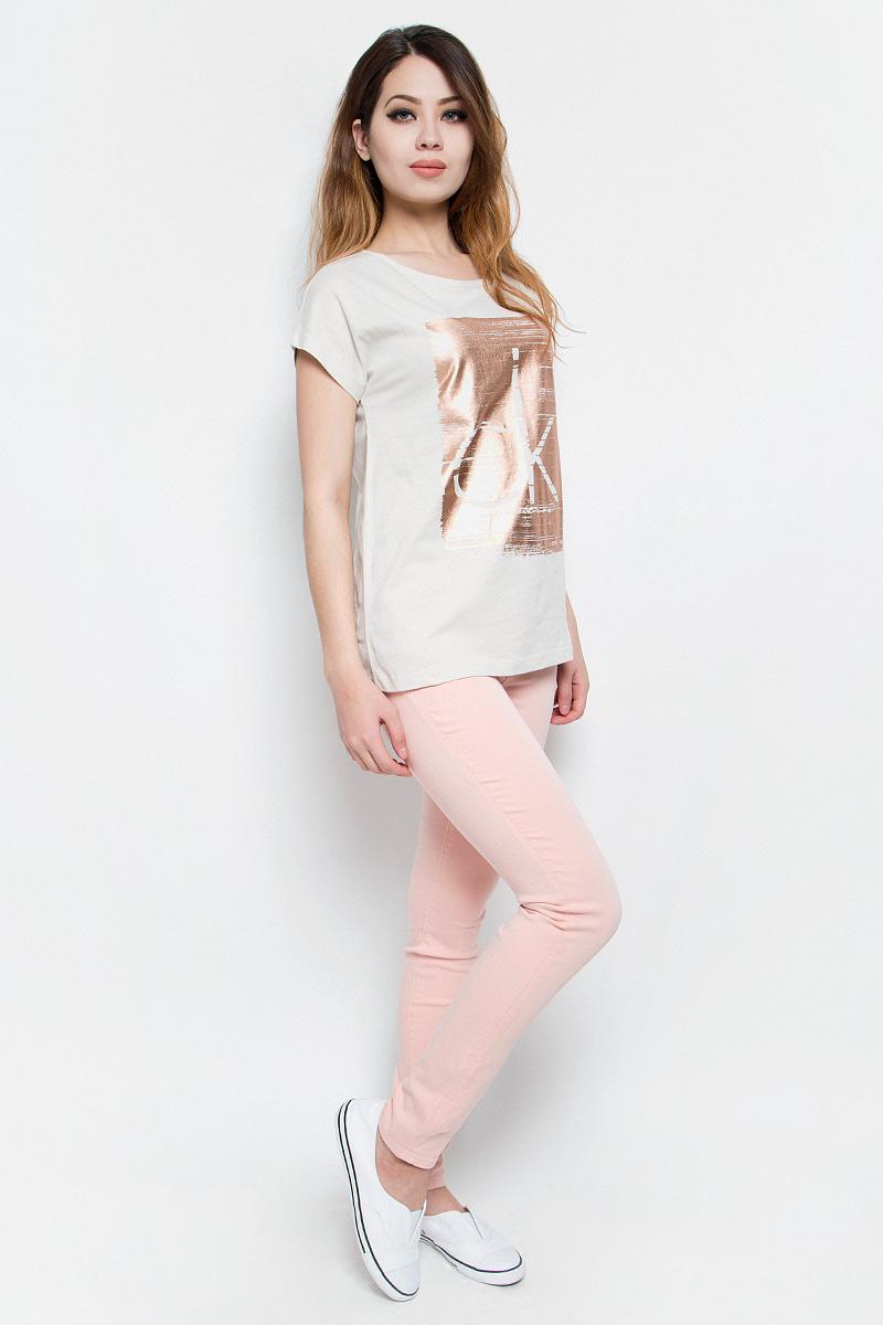 ФутболкаJ20J204833Модная женская футболка Calvin Klein Jeans изготовлена из качественного хлопка. Футболка с круглым вырезом горловины и короткими цельнокроеными рукавами имеет свободный крой. Изделие оформлено принтом в виде фирменного логотипа. Высокое качество, актуальный дизайн и расцветка придают изделию неповторимый стиль и индивидуальность.