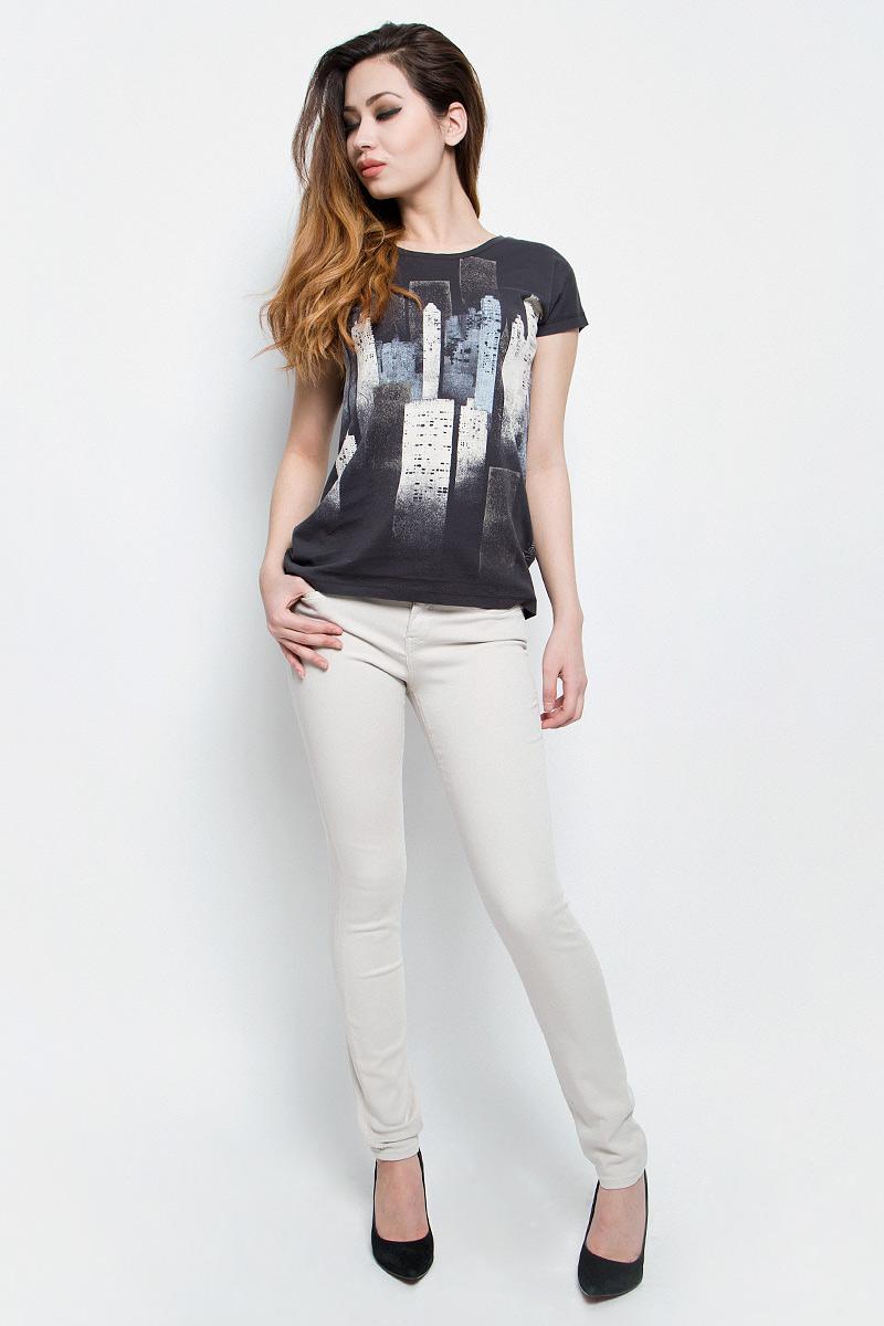 ДжинсыJ20J200630Женские джинсы Calvin Klein Jeans выполнены из эластичного хлопка. Модель-скинни застегивается на пуговицу и имеет ширинку на молнии. В поясе предусмотрены шлевки для ремня. Спереди расположены два втачных кармана и один маленький накладной, сзади - два накладных кармана. Спереди карманы оформлены металлическими клепками с названием бренда.