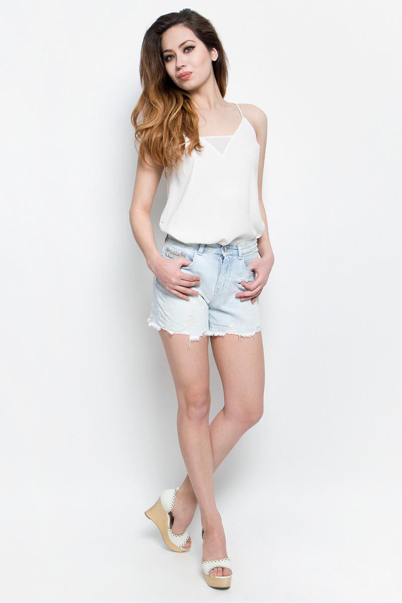 ШортыJ20J204963Стильные женские шорты Calvin Klein Jeans выполнены из качественного хлопка. Материал мягкий и приятный на ощупь, не сковывает движения и позволяет коже дышать. Шорты завышенной посадки застегиваются на пуговицу в поясе и ширинку на застежке-молнии. На поясе предусмотрены шлевки для ремня. Спереди модель оформлена двумя втачными карманами и одним маленьким накладным кармашком, сзади - двумя накладными карманами. Шорты оформлены эффектом потертости и оригинальными отворотами.