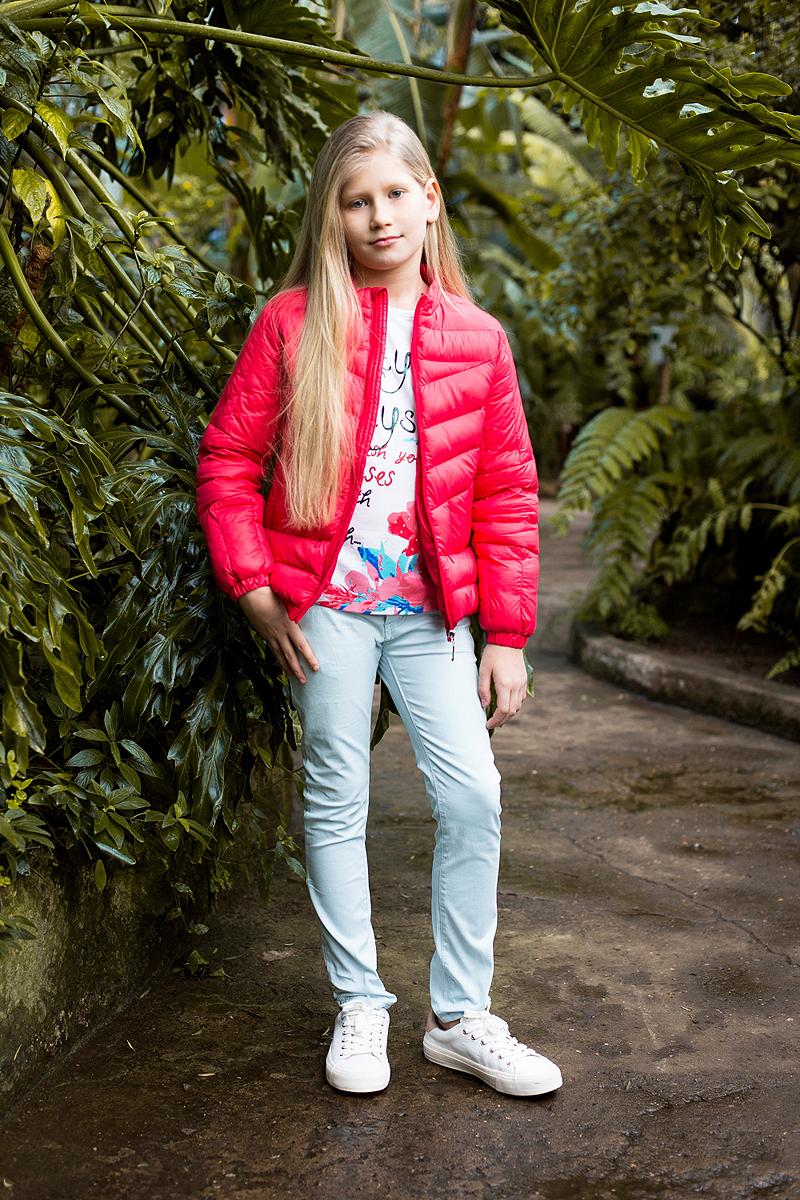 Куртка718145Легкая и стильная стеганая куртка для девочки имеет воротник-стойку, потайные карманы на молнии. Застегивается на молнию.