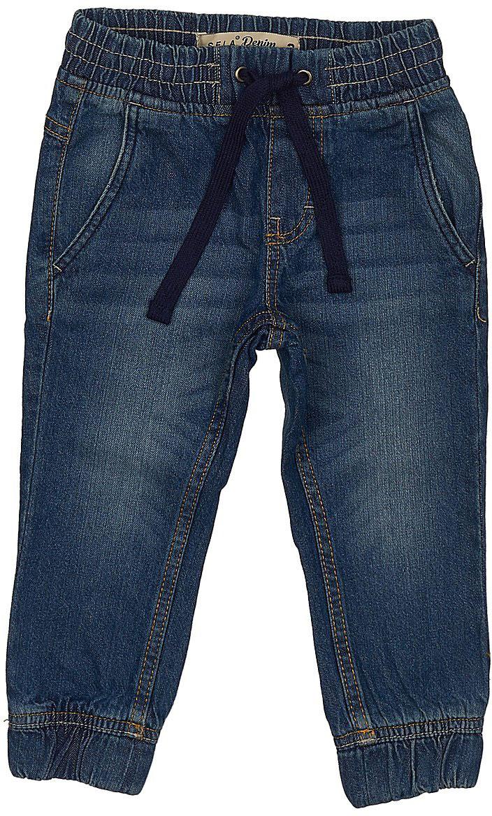 Джинсы для мальчика Sela Denim, цвет: темно-синий джинс. PJ-735/049-7213. Размер 98, 3 годаPJ-735/049-7213Стильные джинсы для мальчика Sela выполнены из натурального хлопка. Джинсы свободного кроя и стандартной посадки на талии имеют широкий пояс на мягкой резинке, дополнительно регулируемый шнурком. Модель дополнена двумя втачными карманами спереди и двумя накладными карманами сзади. Низ брючин собран на резинку.
