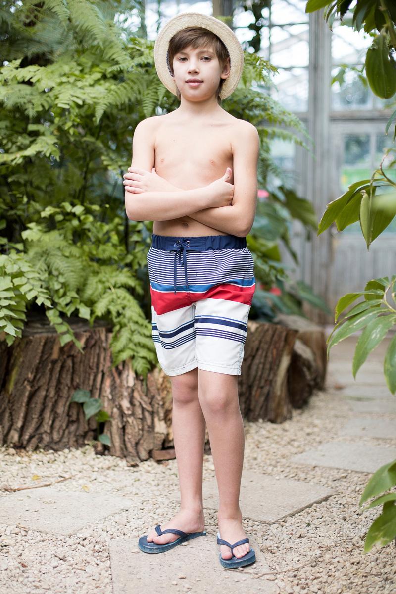 Шорты купальные для мальчика Luminoso, цвет: красный, синий, белый. 717062. Размер 134717062Купальные шорты в полоску для мальчика выполнены из легкого быстросохнущего материала. Пояс-резинка дополнен шнуром для регулирования объема.