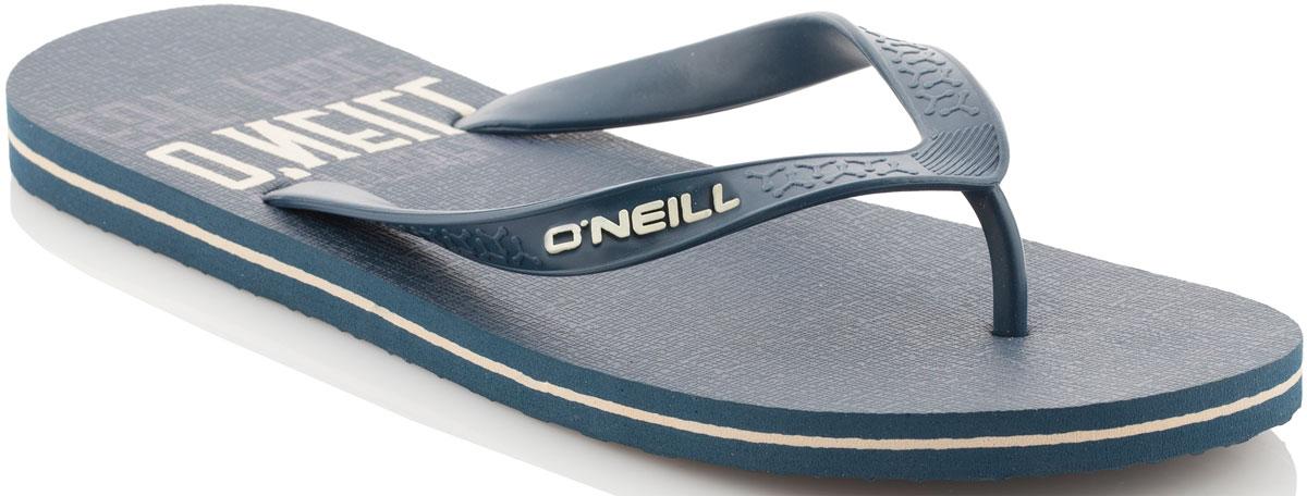Сланцы мужские ONeill Fm Profile Graphic Flip Flops, цвет: темно-синий. 7A4530-5045. Размер 44 (43)7A4530-5045Сланцы от ONeill незаменимы для пляжного сезона. Модель выполнена из качественного полимерного материала. Перемычка между пальцами отвечает за надежную фиксацию модели на ноге. Удобная подошва оформлена оригинальным принтом.