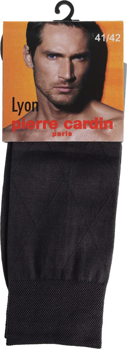 НоскиCr LyonКлассические мужские носки Pierre Cardin изготовлены из высококачественного хлопка с добавлением полиамида и эластана, что обеспечивает комфортную посадку. Модель выполнена в элегантном однотонном дизайне с узором ромбы. Благодаря использованию тончайших волокон мерсеризированного хлопка, кожа в таких носках дышит. Двойная, широкая, эластичная резинка идеально облегает ногу и не пережимает сосуды. Паголенок декорирован изображением логотипа бренда.