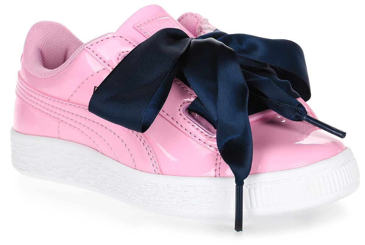 Кроссовки для девочки Puma, цвет: розовый, темно-синий. 36335203. Размер 10 (27)36335203Модель Basket была выпущена Puma в далеком 1971 году, став своего рода ответом в коже на легендарные кроссовки Suede. Сегодня обувь Basket Heart Patent органично сочетает прошлое и настоящее благодаря очаровательным женственным деталям, в частности, оригинальной системе шнуровки. В комплекте также прилагаются утолщенные шнурки из тесьмы, добавляющие экстравагантности.