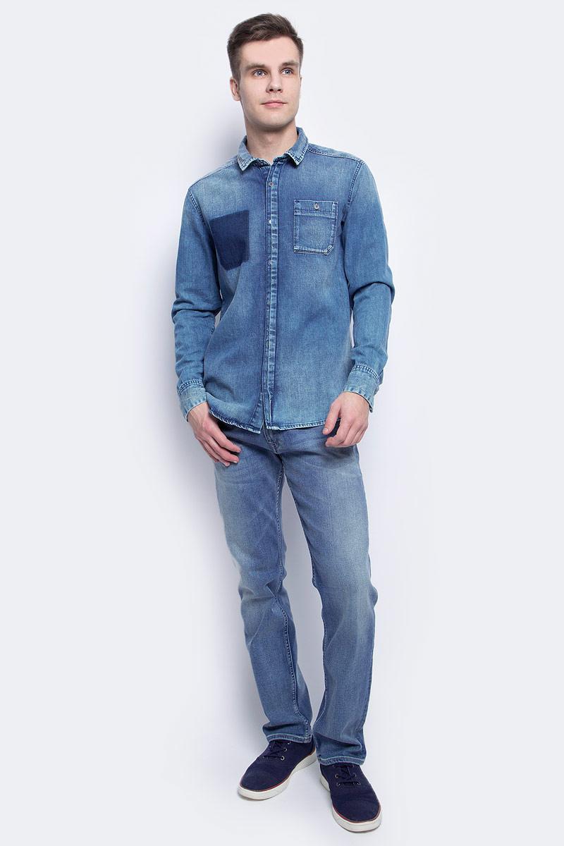 РубашкаJ30J304305Стильная мужская рубашка Calvin Klein Jeans, выполнена из натурального хлопка. Модель с отложным воротником и длинными рукавами застегивается на пуговицы с оригинальной планкой. Спереди имеется накладной карман на пуговице. Ткань на спине собрана в вертикальную планку. Манжеты рукавов оснащены застежками-пуговицами. Модель дополнена состаренным эффектом.