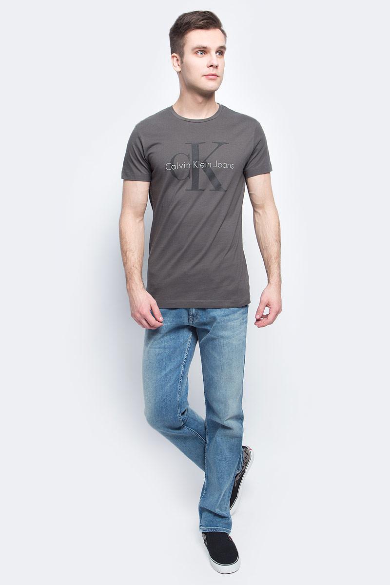 ФутболкаJ30J304597Мужская футболка Calvin Klein Jeans изготовлена из натурального хлопка. Модель выполнена круглой горловиной и короткими рукавами. Футболка оформлена крупным принтом с названием и логотипом бренда.