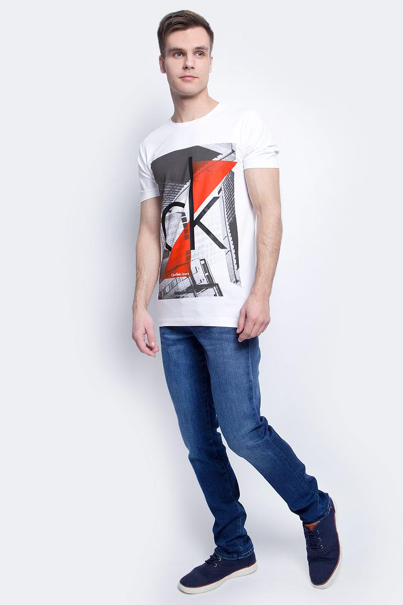 Джинсы мужские Calvin Klein Jeans, цвет: синий. J30J304300. Размер 31-34 (46/48-34)J30J304300Модные мужские джинсы Calvin Klein Jeans выполнены из хлопка с добавлением эластана и полиэстера, что обеспечивает комфорт и удобство при носке.Джинсы модели-слим имеют стандартную посадку. Модель застегивается на пуговицу в поясе и ширинку на молнии. Имеются шлевки для ремня. Спереди модель дополнена двумя втачными карманами, сзади - двумя врезными карманами на пуговицах. Модель оформлена эффектом потертости.