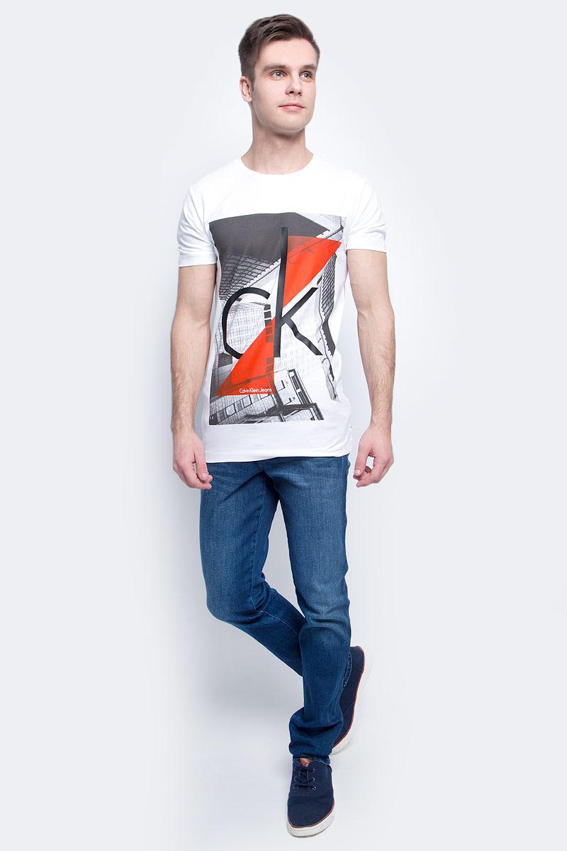 ФутболкаJ30J304602Мужская футболка Calvin Klein Jeans изготовлена из натурального хлопка с добавлением эластана. Модель оформлена круглой горловиной и короткими рукавами. Футболка дополнена крупным принтом с названием и логотипом бренда.