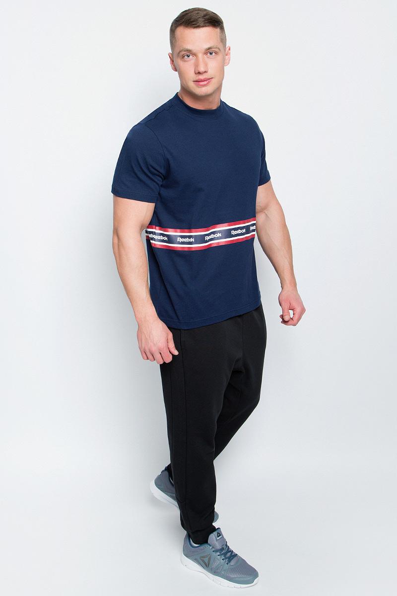 ФутболкаBK3806Мужская футболка Reebok F Printed Tape Tee изготовлена из натурального хлопка. Модель с круглым воротом и короткими рукавами. Однотонная футболка декорирована принтом с контрастными полосами и названием бренда.