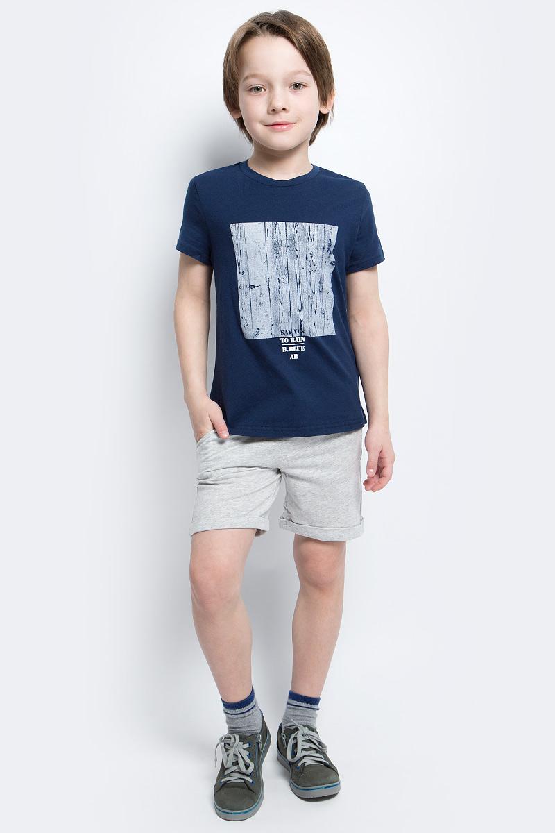 Футболка для мальчика Button Blue Main, цвет: синий. 117BBBC12021000. Размер 122, 7 лет117BBBC12021000Футболка с принтом - не только базовая вещь в гардеробе ребенка, но и основа модного летнего образа. Если вы решили купить недорогую футболку для мальчика, выберете футболку от Button Blue. Высокое качество подарит удобство, комфорт и принесет удовольствие от покупки.