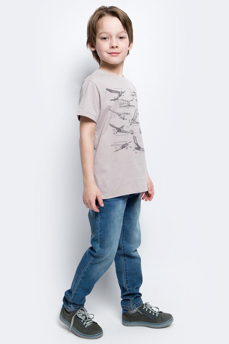 ФутболкаTs-811/1060-7112Футболка для мальчика Sela выполнена из натурального хлопка. Футболка с короткими рукавами и круглым вырезом горловины оформлена спереди оригинальным принтом с надписями. Вырез горловины дополнен трикотажной резинкой.