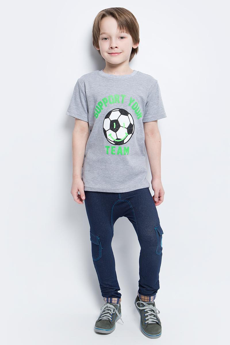 Футболка20417Стильная футболка для мальчика КотМарКот выполнена из натурального хлопка. Футболка с круглым вырезом горловины спереди оформлена интересным принтом и надписями. Вырез горловины дополнен трикотажной резинкой.