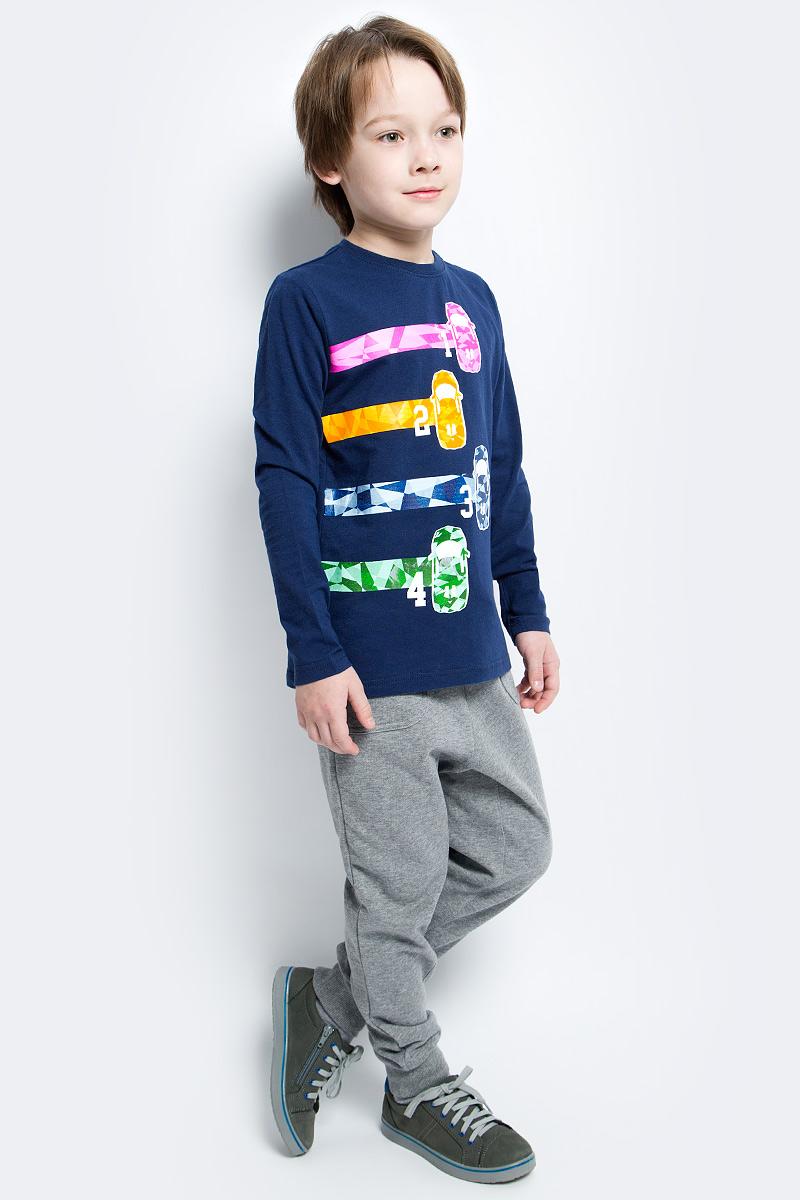 Брюки спортвные для мальчика PlayToday, цвет: серый. 171067. Размер 104171067Брюки спортивные из натурального материала прекрасно подойдут вашему ребенку для отдыха и прогулок. Модель на мягкой резинке, дополнительно снабжена шнуром - кулиской, которая, при необходимости, позволит подогнать брюки по фигуре вашего ребенка. Такая модель прекрасно подойдет для занятий спортом. Мягкая ткань не сковывает движений ребенка. Низ брючин отделан мягкой резинкой.