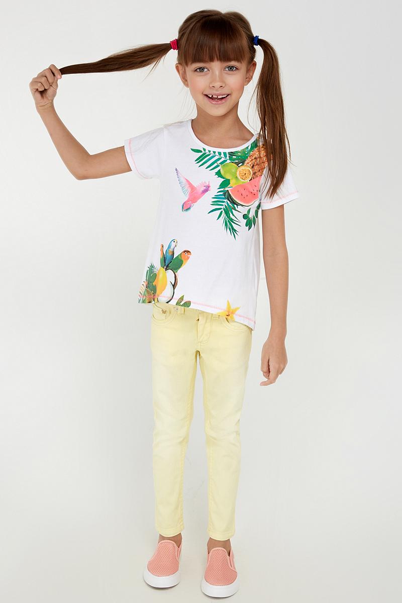 Футболка20220110077_200Трикотажная футболка, декорированная ярким принтом спереди и фигурным вырезом сзади. Модель свободного кроя с круглым вырезом горловины и слегка удлиненной спинкой.