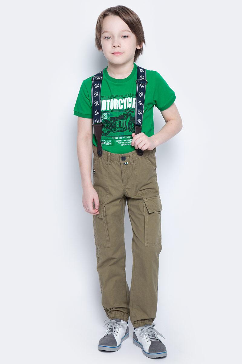 Брюки171105Практичные и удобные брюки из натурального хлопка спортивного стиля смогут быть одной из базовых вещей детского гардероба. Низ брючин на мягких резинках. Модель с эффектными накладными карманами на брючинах. Брюки декорированы подтяжками.