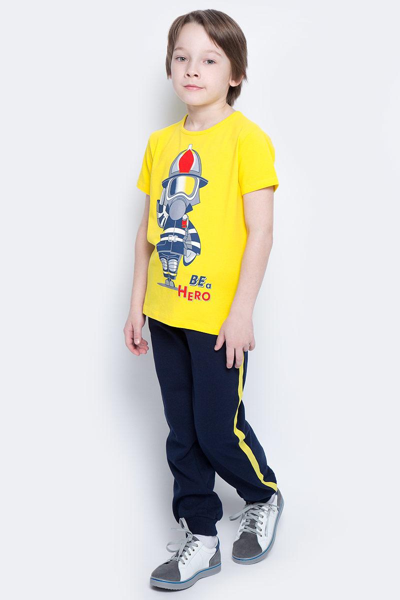 Брюки спортивные для мальчика PlayToday, цвет: темно-синий, желтый. 361020. Размер 98, 3 года361020Спортивные брюки для мальчика PlayToday изготовлены из хлопка с добавлением полиэстера. Изнаночная сторона выполнена с небольшим ворсом. Брюки с лампасами на талии имеют широкую трикотажную резинку и шнурок-утяжку. По бокам предусмотрены два врезных кармана. Низ брючин дополнен широкими трикотажными манжетами.