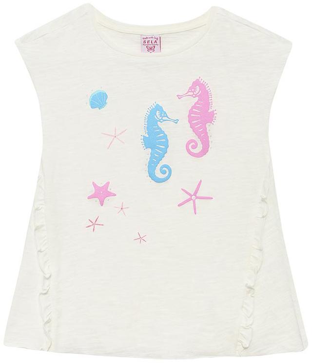 ФутболкаTs-511/331-7233Стильная футболка для девочки Sela станет отличным дополнением к гардеробу юной модницы. Модель А-силуэта изготовлена из натурального хлопка и оформлена оригинальным принтом и рюшами. Воротник дополнен мягкой эластичной бейкой.