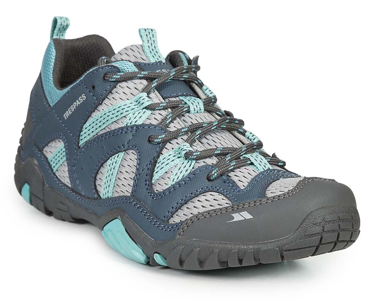 Кроссовки трекинговые женские Trespass Foile, цвет: серый, голубой. FAFOTNL10003. Размер 41FAFOTNL10003Трекинговые кроссовки, выполненные из текстиля, отлично подходят для занятия туризмом. Специальная шнуровка надежно зафиксирует модель на ноге. Подошва дополнена рифлением для лучшего сцепления с поверхностью.