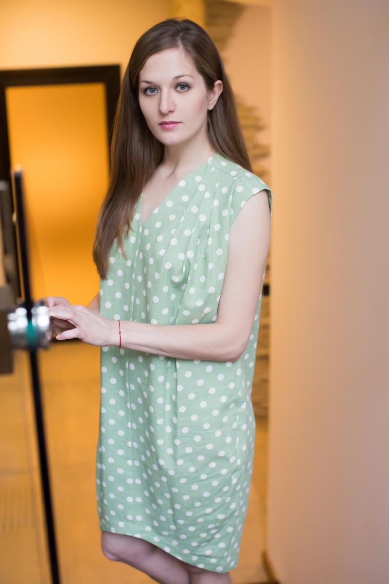Платье домашнее Marusя, цвет: зеленый. 171131. Размер (46)171131Домашнее платье Marusя изготовлено из качественного льна. Изделие прямого кроя без рукавов. Модель длины мини оформлена принтом в горох.