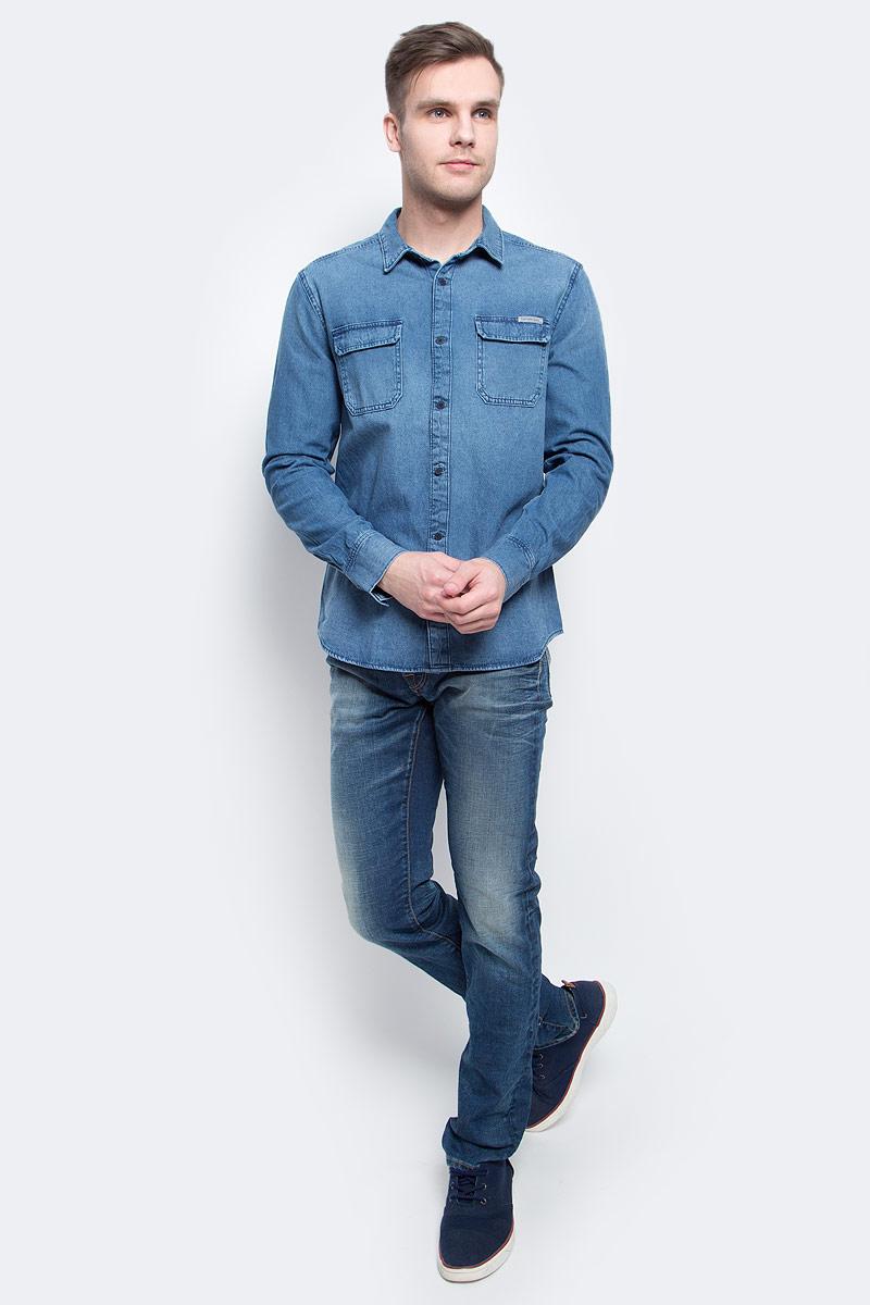 Рубашка мужская Calvin Klein Jeans, цвет: синий. J30J304941. Размер M (48)J30J304941Джинсовая рубашка Calvin Klein Jeans выполнена из хлопка. Модель с отложным воротником и длинными стандартными рукавами. Спереди и на манжетах оформлена пуговицами. Нагрудные накладные карманы с клапаном на металлических кнопках.