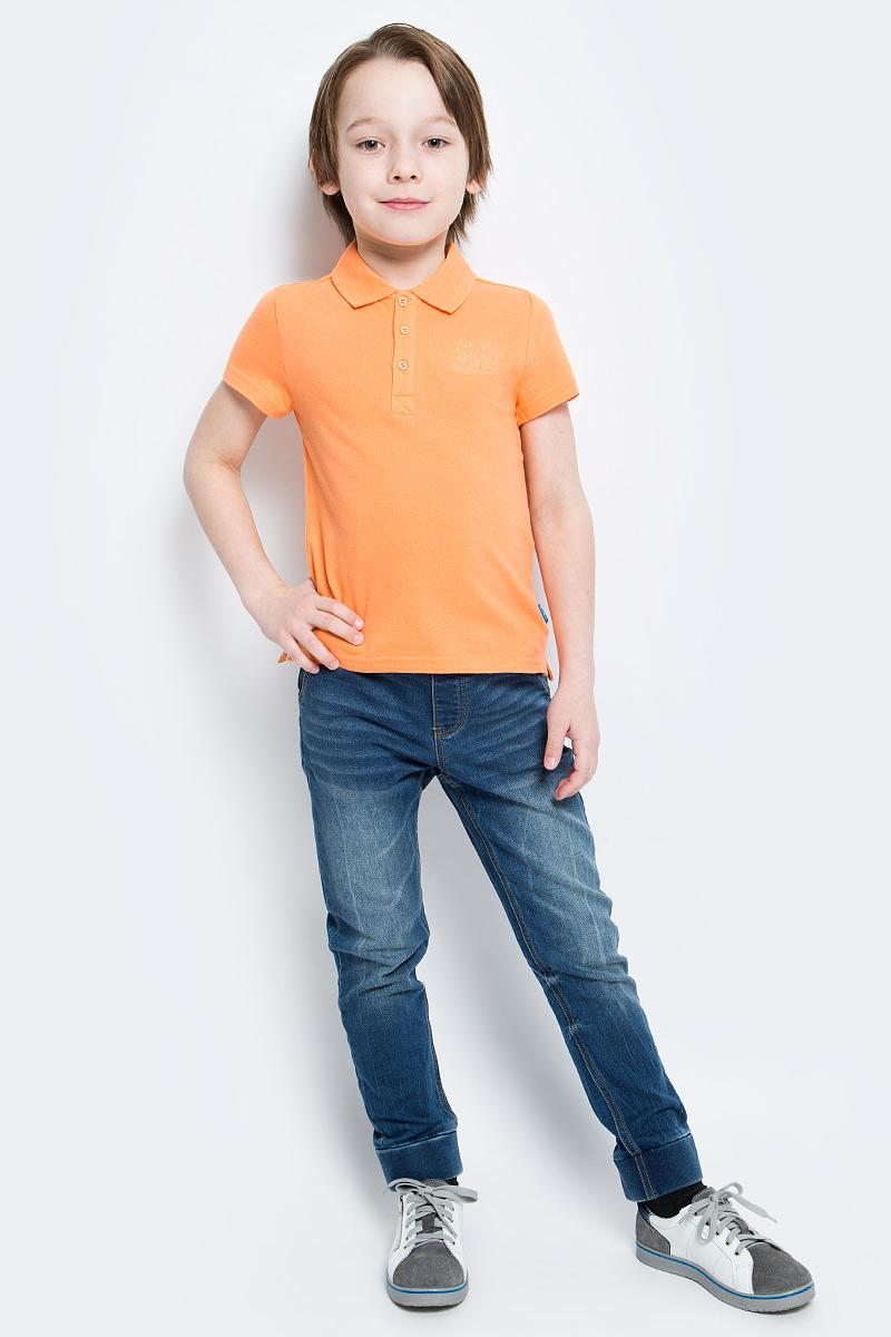 Поло116BBBB1405Очаровательная футболка-поло для мальчика Button Blue идеально подойдет вашему ребенку. Изготовленная из 100% хлопка, она необычайно мягкая и приятная на ощупь, не сковывает движения и позволяет коже дышать, не раздражает даже самую нежную и чувствительную кожу ребенка, обеспечивая ему наибольший комфорт. Футболка-поло с короткими рукавами и отложным воротничком застегивается на три пуговицы сверху. Спинка модели удлинена, по бокам имеются небольшие разрезы. Спереди изделие украшено вышитыми надписями. Однотонная футболка-поло будет великолепно сочетаться с любыми вещами. Оригинальный современный дизайн и модная расцветка делают эту футболку стильным предметом детского гардероба. В ней ваш маленький мужчина будет чувствовать себя уютно, комфортно и всегда будет в центре внимания!