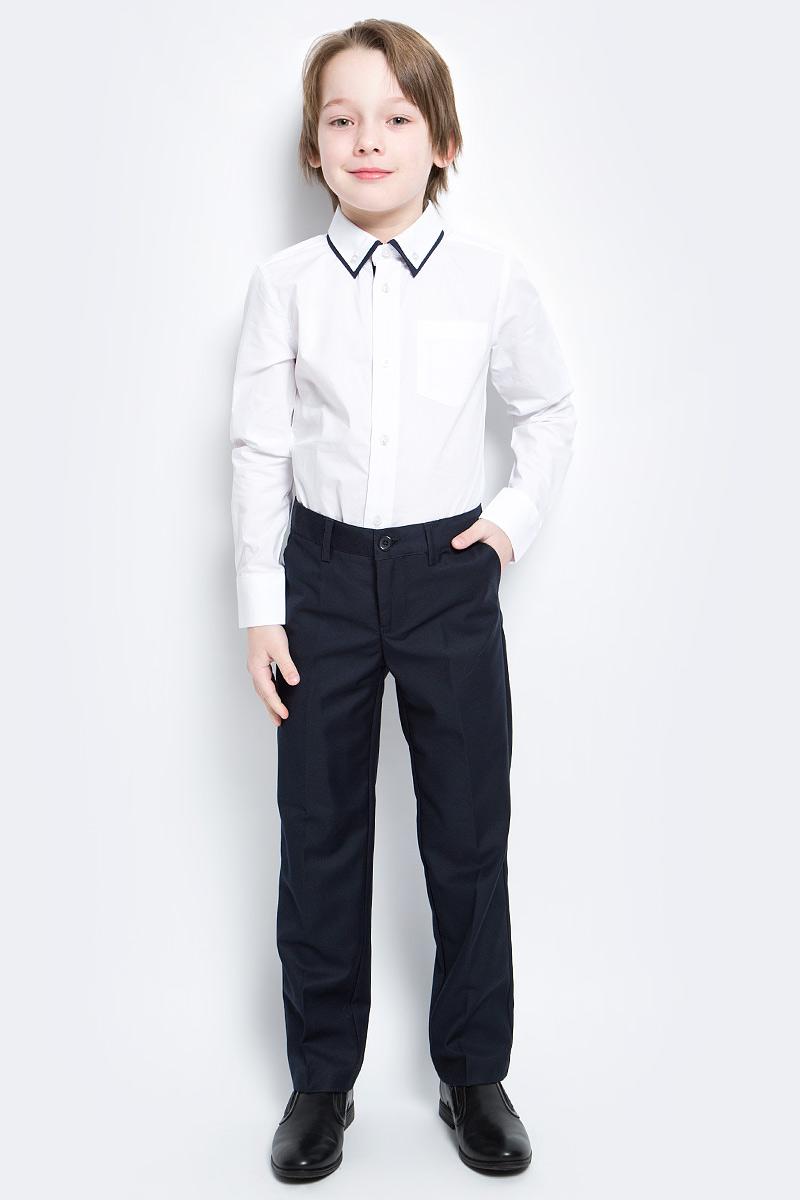 Брюки461007Классические брюки для мальчика выполнены из комфортного материала. Модель прямого кроя со стрелками застегивается на молнию и пуговицу, пояс на резинке для лучшей посадки. Изделие дополнено тремя функциональными карманами: двумя втачными спереди и одним прорезным на пуговке сзади.