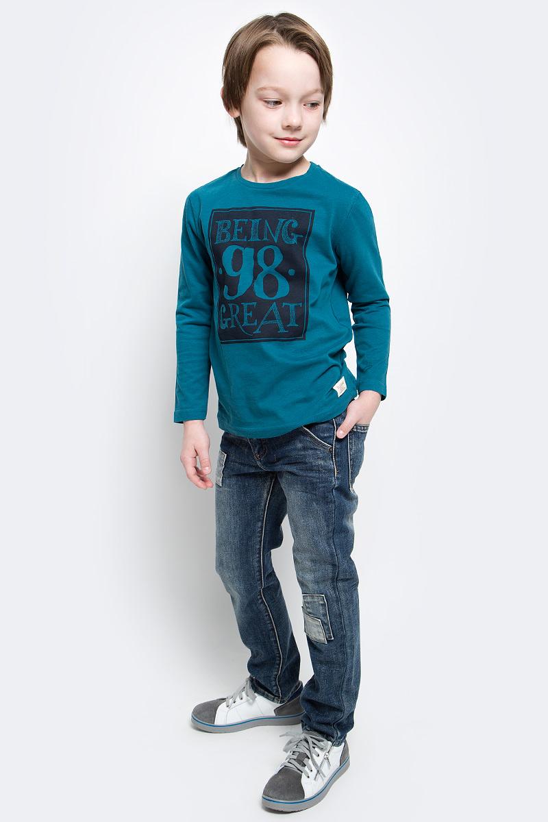 Джинсы117BBBC6303D500Классные джинсы с потертостями и повреждениями — гарантия модного современного образа. Хороший крой, удобная посадка на фигуре подарят мальчику комфорт и свободу движений. Если вы хотите купить ребенку недорогие модные джинсы классического силуэта, модель от Button Blue - прекрасный выбор!