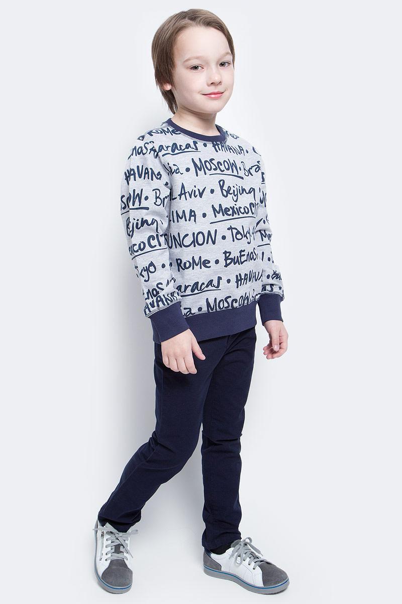 СвитшотSt-813/165-7112Стильный свитшот для мальчика Sela выполнен из натурального хлопка и оформлен принтом с названиями городов. Модель прямого кроя подойдет для прогулок и дружеских встреч и будет отлично сочетаться с джинсами и разными брюками. Мягкая ткань комфортна и приятна на ощупь. Воротник, манжеты рукавов и низ изделия дополнены мягкими трикотажными резинками контрастного цвета.