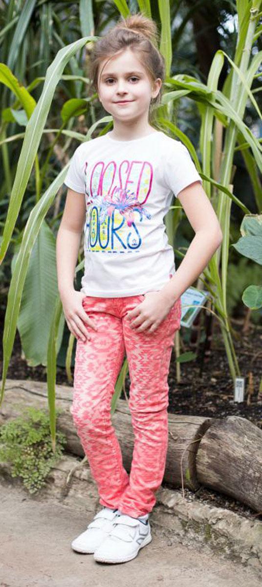 Футболка718007Стильная футболка приталенного кроя из трикотажной ткани для девочки, с коротким рукавом. Декорирована ярким принтом.
