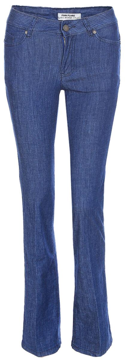 Джинсы женские Finn Flare, цвет: синий. S17-15018_125. Размер 28-32 (44)S17-15018_125Джинсы могут быть разными! Предлагаем вам эту стильную модель классического синего цвета и прямого кроя. Эти свободные брюки на завышенной талии станут отличным элементом повседневного образа. Дополните их кедами, футболкой и лёгким жакетом – и вперёд, гулять по своим делам. Джинсы выполнены из невесомого, но прочного хлопка.