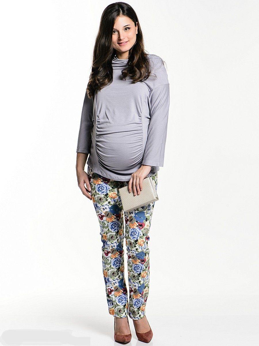 Брюки12103Брюки для беременных, зауженного покроя, с трикотажной вставкой для животика, с регулируемой резинкой на талии. Стильная модель с актуальным цветочным принтом, обновит и украсит Ваш образ. Колоритная расцветка позволяет комбинировать такие брюки со многими предметами гардероба, и создавать яркие привлекательные образы для разных случаев.