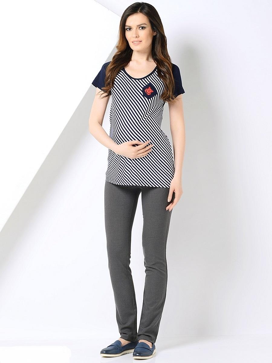 Брюки для беременных 40 недель, цвет: серый. 101192. Размер 52101192Классические зауженные брюки для беременных от бренда 40 недель выполнены из трикотажного полотна. Брюки дополнены двумя задними накладными карманами, а также эластичной вставкой для животика с регулируемой резинкой в поясе. Спереди модель оформлена декоративной прострочкой на карманах и пояске.Благодаря прекрасной посадке и продуманному дизайну брюки подойдут как на всем сроке беременности, так и после нее.