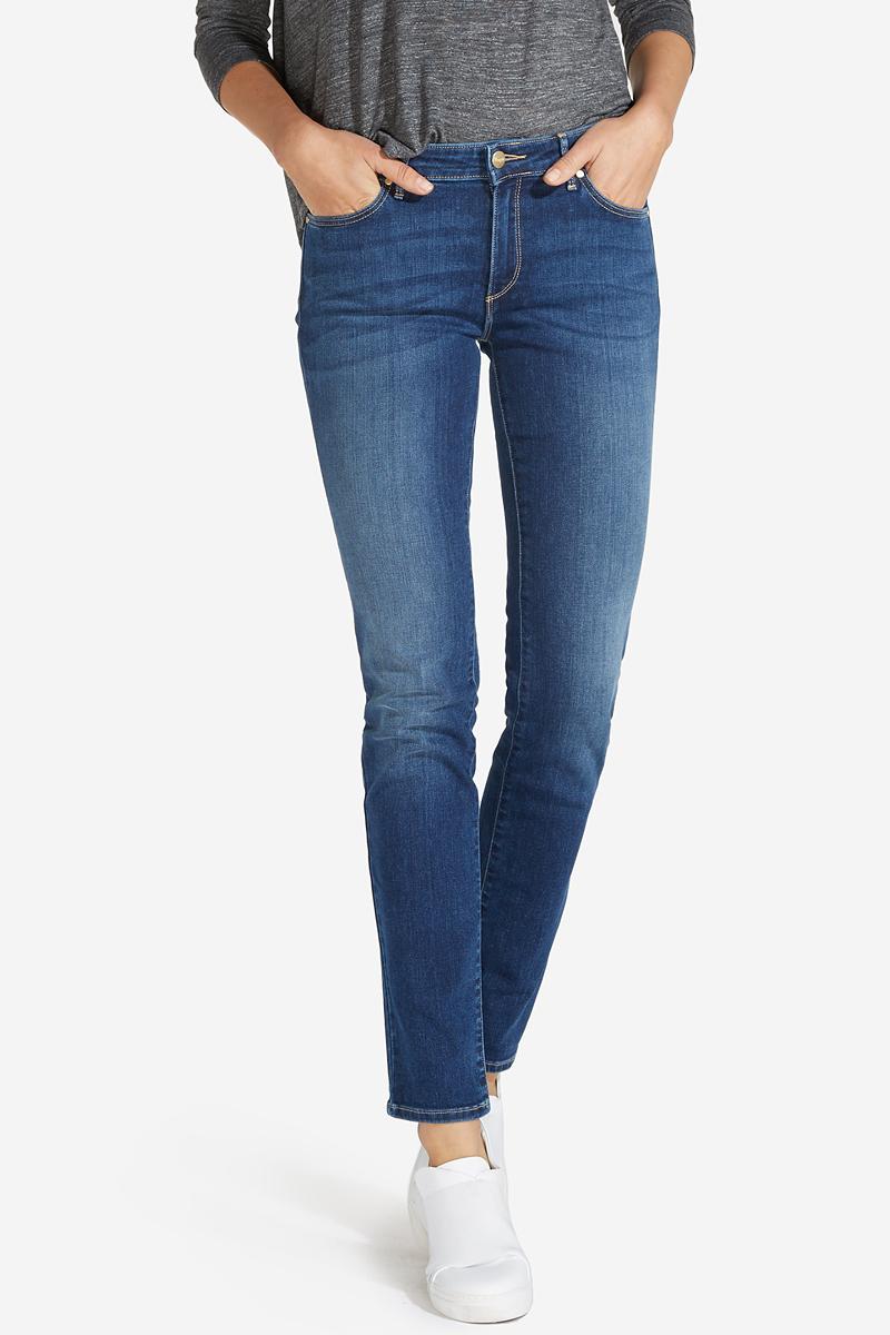Джинсы женские Wrangler, цвет: синий. W28LX785U. Размер 29-32 (44/46-32)W28LX785UСтильные женские джинсы Wrangler станут отличным дополнением к вашему гардеробу. Джинсы модели-слим выполнены из сочетания качественных материалов. Изделие мягкое и приятное на ощупь, не сковывает движения и позволяет коже дышать. Модель на поясе застегивается на пуговицу и ширинку на застежке-молнии, а также предусмотрены шлевки для ремня. Спереди расположены два втачных кармана и один секретный кармашек, а сзади - два накладных кармана. Изделиеукрашено нашивкой с названием бренда и выцветанием денима.