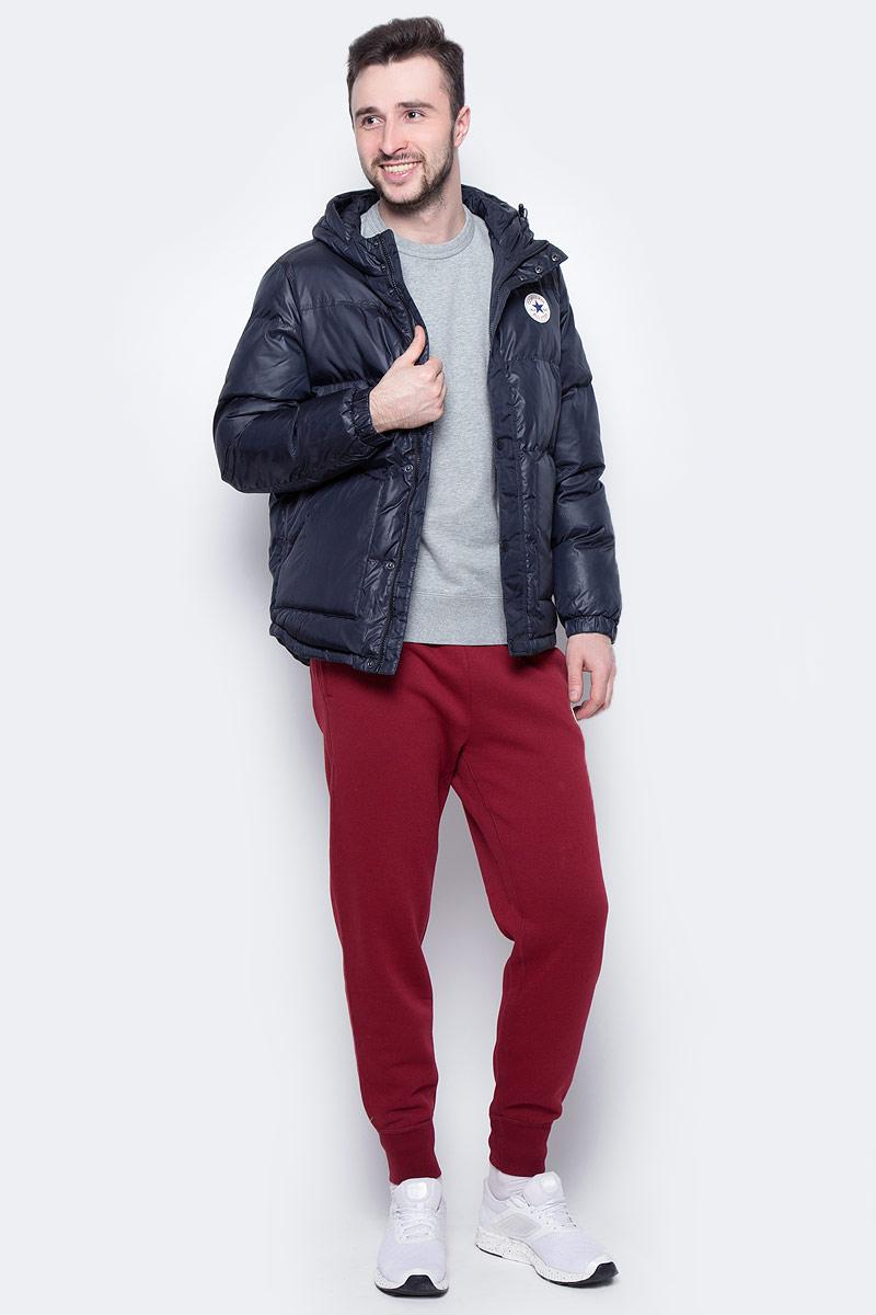 Куртка10002137001Мужская куртка Converse выполнена из 100% полиэстера, в качестве утеплителя и подкладке также используется полиэстер. Модель с несъемным капюшоном застегивается на молнию и дополнительно ветрозащитной планкой на кнопках. Спереди куртка оснащена двумя накладными карманами, с внутренней стороны одним прорезным карманом. Низ изделия дополнен кулиской.
