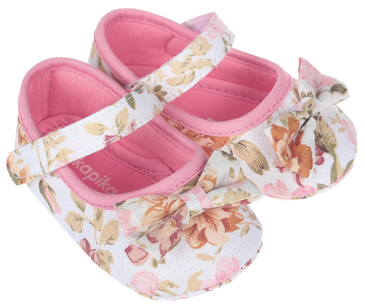 Пинетки10119Стильные пинетки для девочки Kapika великолепно дополнят наряд маленькой модницы. В них ваша малышка будет чувствовать себя комфортно и непринужденно. Пинетки выполнены из хлопкового текстиля, оформленного принтом. Модель на застежке-липучке, которая надежно фиксирует пинетки на ножке ребенка и позволяет регулировать их объем. Милые, нежные и удобные детские пинетки станут любимой обувью маленькой принцессы.