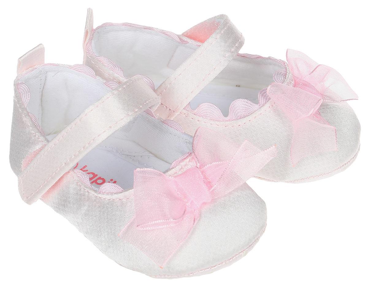 Пинетки10119Стильные и модные пинетки для девочки Kapika великолепно дополнят наряд маленькой модницы. В них ваша малышка будет чувствовать себя комфортно и непринужденно. Пинетки выполнены из хлопкового текстиля, декорированы бантом. Модель на застежке-липучке, которая надежно фиксирует пинетки на ножке ребенка и позволяет регулировать их объем. Милые, нежные и удобные детские пинетки станут любимой обувью маленькой принцессы.