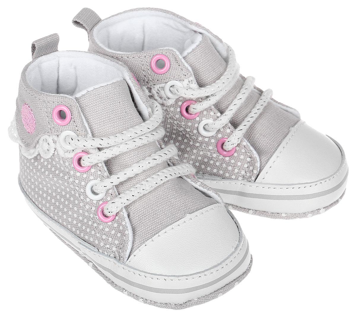 Пинетки10120Стильные и модные пинетки для девочки Kapika великолепно дополнят наряд маленькой модницы. В них ваша малышка будет чувствовать себя комфортно и непринужденно. Пинетки выполнены из хлопка, оформленного принтом, с элементами из натуральной кожи. Модель на шнуровке, которая надежно фиксирует пинетки на ножке ребенка и позволяет регулировать их объем. Пинетки декорированы кружевными оборками. Милые, нежные и удобные детские пинетки станут любимой обувью маленькой принцессы.