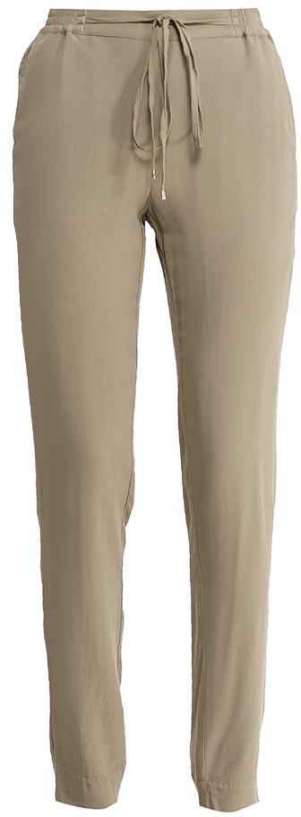 БрюкиP-115/829-7224Стильные брюки Sela, изготовленные из качественной вискозы, станут отличным дополнением гардероба в летний период. Брюки силуэта морковь (свободные на бедрах, с зауженными к низу штанинами) и стандартной посадки на талии имеют широкий пояс на мягкой резинке, дополнительно регулируемый шнурком. Низ брючин дополнен разрезами. Спереди модель дополнена двумя втачными карманами.