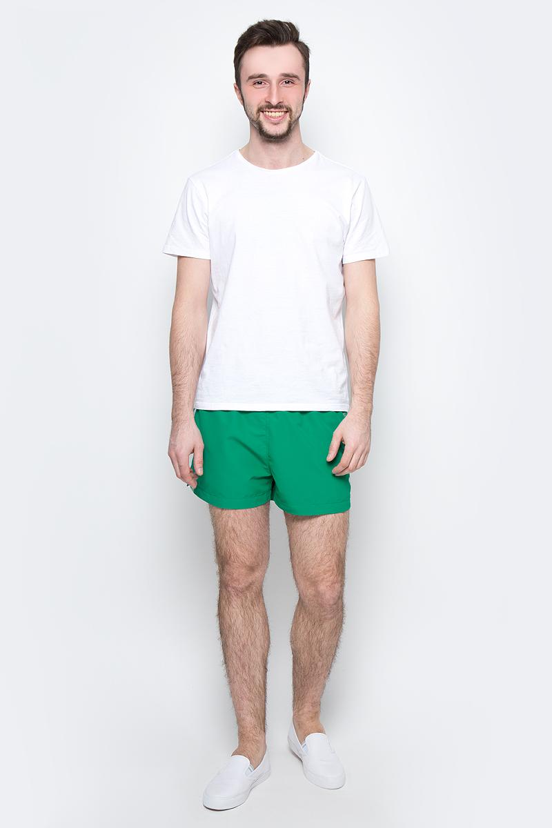Шорты для плавания мужские Calvin Klein Underwear, цвет: зеленый. KM0KM00104_312. Размер M (48)KM0KM00104_312Мужские шорты для плавания Calvin Klein Underwear выполнены из водоотталкивающей ткани. Модель имеет широкую эластичную резинку на поясе. Объем талии регулируется при помощи шнурка. Шорты дополнены двумя втачными карманами спереди и одним накладным карманом сзади. Шорты оформлены принтом с названием бренда.