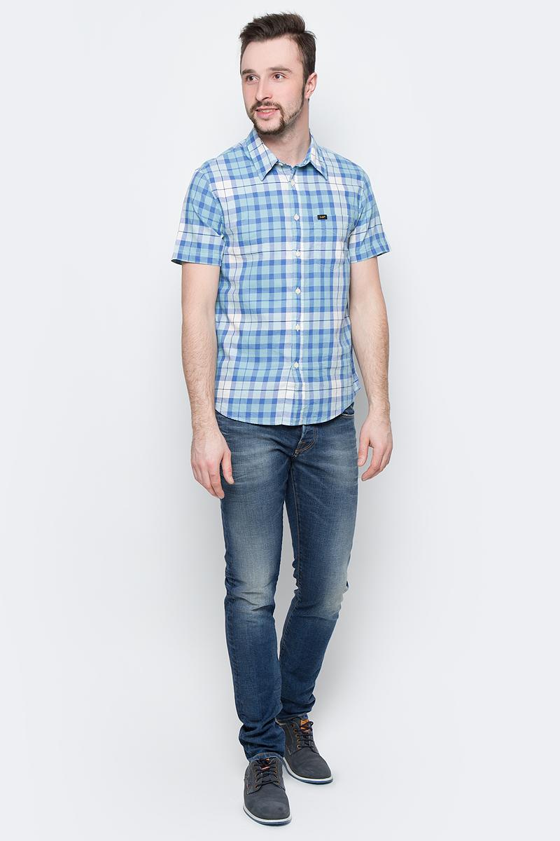 Рубашка муж Lee, цвет: голубой, белый. L875JPSB. Размер L (50)L875JPSBСтильная мужская рубашка Lee, выполненная из натурального хлопка с принтом в клетку, станет отличным дополнением гардероба в летний период.Модель с отложным воротником и короткими рукавами застегивается на пуговицы по всей длине и дополнена накладным карманом.Модель подойдет для офиса, прогулок и дружеских встреч и будет отлично сочетаться с джинсами и брюками.