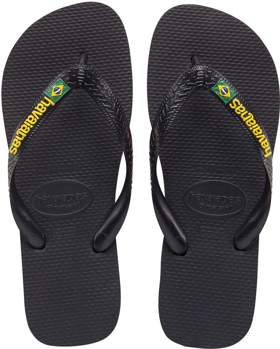 Сланцы мужские Havaianas Brasil Logo, цвет: черный. 41108500090. Размер 43/44 (44/45)4110850-0090Модные мужские сланцы Brasil Logo от Havaianas придутся вам по душе. Верх модели, выполненный из резины, оформлен рельефным орнаментом, названием бренда и изображением флага Бразилии. Ремешки с перемычкой гарантируют надежную фиксацию модели на ноге. Подошва выполнена из материала ЭВА и оформлена контрастными полосками. Рифление на верхней поверхности подошвы предотвращает выскальзывание ноги. Рельефное основание подошвы обеспечивает уверенное сцепление с любой поверхностью. Удобные сланцы прекрасно подойдут для похода в бассейн или на пляж.