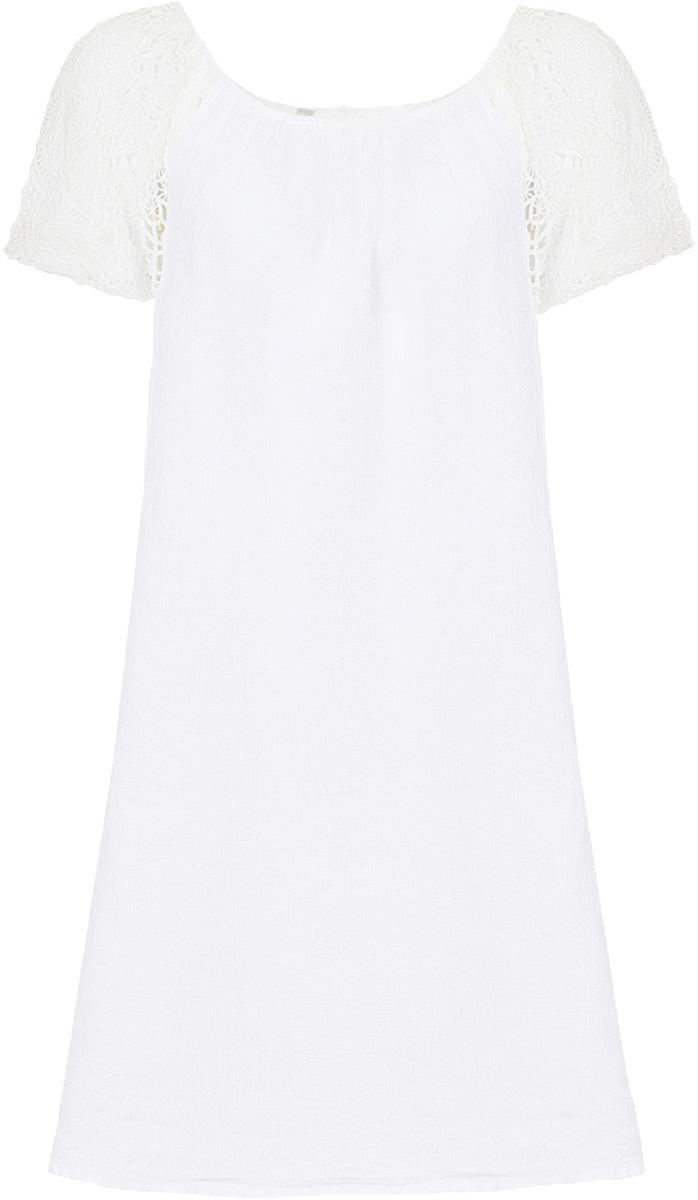 ПлатьеB457090_WhiteСвободное платье выполнено из натурального льняного полотна - материала, способного дышать и радовать вашу кожу своим охлаждающим эффектом. Рукава изделия выполнены из гипюра. Застёжка на пуговицу расположена на спине.