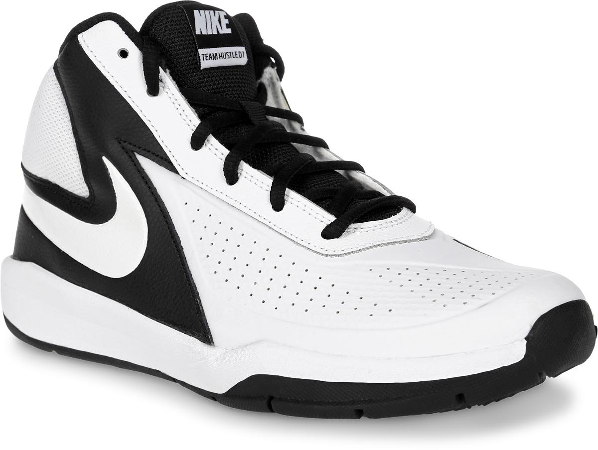 Кроссовки для мальчика Nike Team Hustle D 7 (Gs), цвет: белый, черный. 747998-101. Размер 5,5 (37,5)747998-101Кроссовки для мальчика Team Hustle D 7 от Nike, выполненные из натуральной и искусственной кожи, дополнены вставками из текстиля. Внутренняя поверхность из текстиля не натирает. Шнуровка надежно зафиксирует модель на ноге. Глубокие эластичные желобки на подошве обеспечивают гибкость и сцепление с поверхностью.