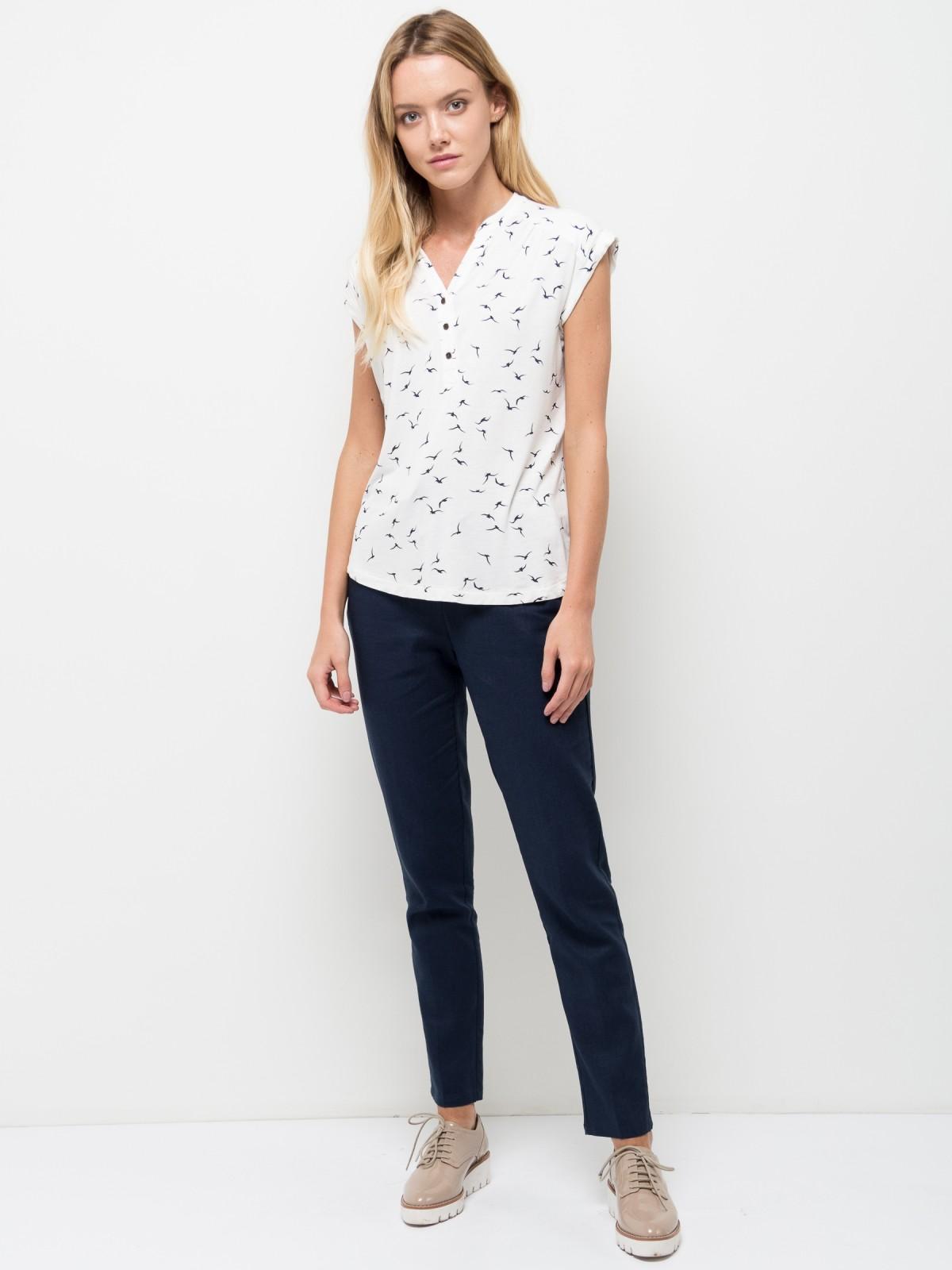 ФутболкаTsBK-111/222-7254Оригинальная женская футболка Sela выполнена из легкого материала и оформлена принтом с птицами. Модель прямого кроя с цельнокроеными рукавами подойдет для прогулок и дружеских встреч, будет отлично сочетаться с джинсами и брюками, а также гармонично смотреться с юбками. Фигурный V-образный вырез горловины застегивается на три пуговицы. Мягкая ткань на основе вискозы и эластана комфортна и приятна на ощупь.