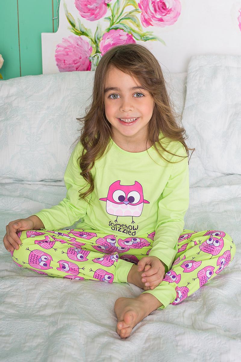 Пижама для девочки Sweet Berry, цвет: салатовый, розовый. 195944. Размер 134195944Пижама для девочки Sweet Berry состоит из лонгслива и брюк. Пижама изготовлена из натурального хлопка с небольшим добавлением эластана. Лонгслив с длинными рукавами и круглым вырезом горловины на груди оформлен принтом с изображением совы. Прямые брюки с широкой эластичной резинкой и затягивающимся шнурком на поясе также оформлены принтом с забавными совятами. По низу брюки дополнены трикотажными манжетами.