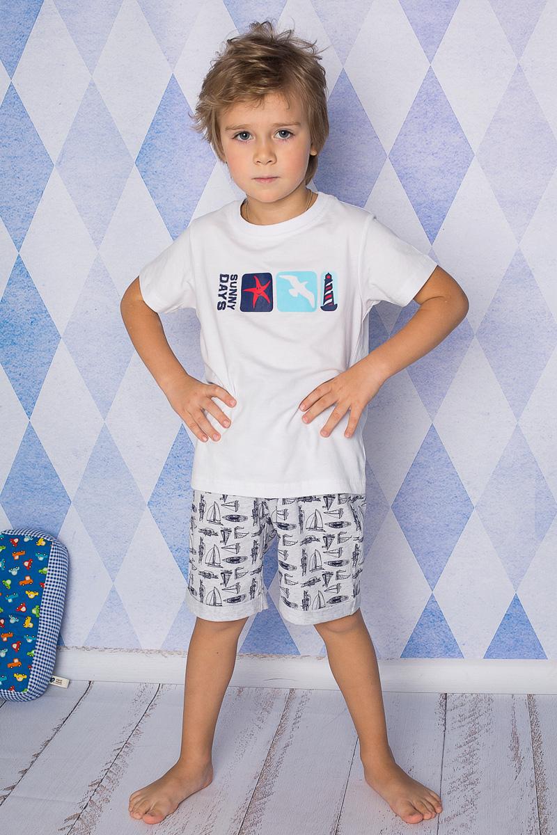 Пижама для мальчика Sweet Berry, цвет: белый, светло-серый. 196602. Размер 140196602Пижама для мальчика Sweet Berry состоит из футболки и шорт. Пижама изготовлена из натурального хлопка с небольшим добавлением эластана. Футболка с короткими рукавами и круглым вырезом горловины дополнена трикотажной резинкой по горловине и на груди оформлена принтом. Свободные прямые шорты с широкой эластичной резинкой на поясе украшены принтом с парусниками и дополнены модными отворотами.